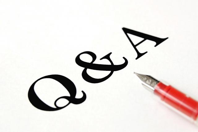 Q&Aの文字とペン